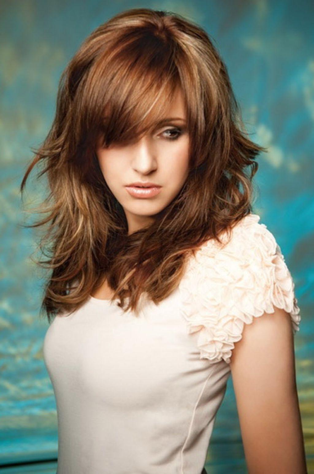 прически каскад с косой челкой на средние волосы